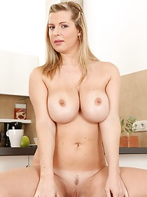 Luxurious-looking MILF blonde showing off her orifices in the kitchen