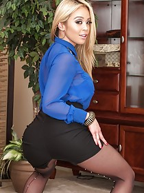 Black stockings-clad bleached blonde shows her pussy on a table